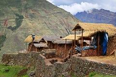 Häuser in den Bergen in Peru Lizenzfreies Stockbild