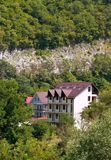 Häuser in den grünen Bergen Stockbilder