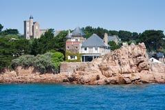 Häuser an der Küste von Ile de Brehat, Bretagne, Frankreich Stockbild