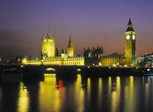 Häuser des Parlaments durch Scheinwerfer Stockfotografie