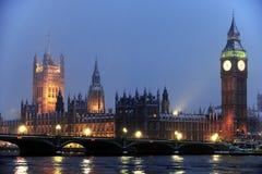 Häuser des Parlaments im Schnee am Dunkelwerden Stockfoto