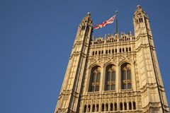 Häuser des Parlaments mit der Union Jack-Flagge, London Lizenzfreie Stockbilder