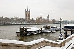 Häuser des Parlaments, Themse, London im Schnee lizenzfreies stockbild
