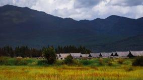 Häuser des traditionellen Chinesen am Fuß Bergen nahe Lijiang lizenzfreie stockfotografie