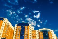 Häuser des Ziegelsteines mit Einlegearbeiten des blauen Glases Stockfoto