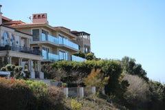 Häuser, die den Ozean übersehen lizenzfreies stockfoto