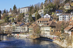 Häuser durch Aare-Fluss in Bern Stockbild