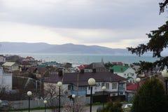 Häuser durch das Meer Myskhako Novorossiysk lizenzfreie stockfotografie