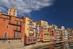 Häuser durch den Fluss in Girona, Katalonien Lizenzfreies Stockfoto