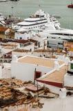 Häuser durch den Hafen Stockfotografie