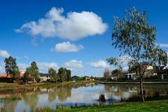 Häuser durch den Teich Stockfotografie