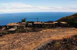 Häuser durch die Straße und das Meer in Fogo, Cabo Verde Lizenzfreies Stockfoto