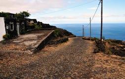 Häuser durch die Straße und das Meer in Fogo, Cabo Verde Lizenzfreie Stockfotos