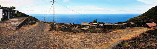Häuser durch die Straße und das Meer in Fogo, Cabo Verde Lizenzfreie Stockbilder