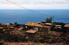 Häuser durch die Straße und das Meer in Fogo, Cabo Verde Stockbild