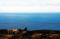 Häuser durch die Straße und das Meer in Fogo, Cabo Verde Lizenzfreies Stockbild