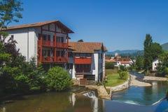 Häuser durch Fluss im Heilig-Jean-Gescheckt-De-Hafen im Baskenland von Frankreich stockbild