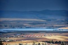 Häuser durch See Lizenzfreies Stockfoto