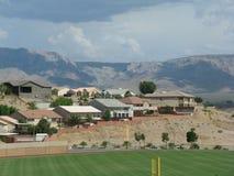 Häuser durch Sportfeld Lizenzfreies Stockbild