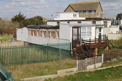 Häuser durch Strand bei Bognor Regis. Großbritannien Lizenzfreie Stockbilder
