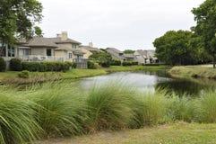 Häuser durch Teich Lizenzfreies Stockbild