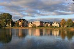 Häuser durch Wasser Lizenzfreie Stockfotografie