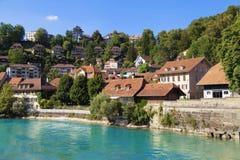 Häuser entlang dem Fluss Aare in Bern Lizenzfreie Stockbilder