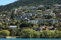 Häuser entlang dem See in Queenstown, Neuseeland Lizenzfreie Stockfotos