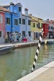 Häuser entlang einem Kanal Lizenzfreies Stockbild