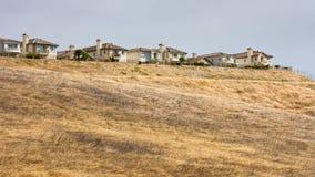 Häuser entlang einem Ridge Lizenzfreie Stockfotos