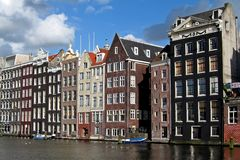 Häuser entlang Kanal in Amsterdam Stockbilder