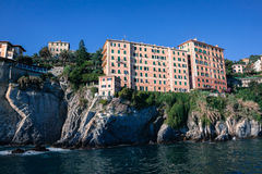 Häuser gebaut auf den Felsen, die Meer überhängen Stockfoto