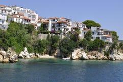 Häuser in Griechenland, in den Felsen und im Meer Lizenzfreie Stockbilder
