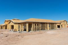 Häuser im Bau in einer Neuentwicklung lizenzfreie stockbilder