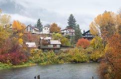 Häuser im Herbst konfrontieren Wasserpark, Leavenworth Stockfoto