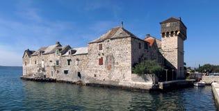 Häuser im Meer in Kastel Gomilica stockfoto