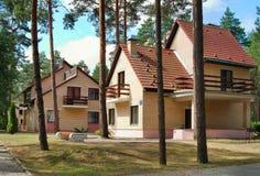 Häuser im Wald Stockfotografie