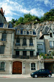 Häuser mit Bergbackgroun Stockbild