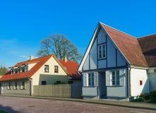 Häuser mit Bretterzaun in Ventspils von Lettland lizenzfreie stockbilder