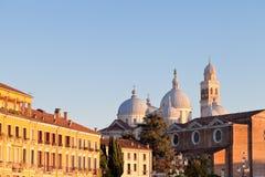 Häuser mit einer Ansicht Basilika von Sankt Giusti Stockfotografie