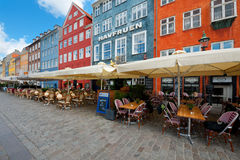 Häuser mit kleinen Kaffee auf Nyhavn Stockfotos