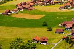 Häuser mit roten Dächern in Grindelwald, die Schweiz Lizenzfreie Stockbilder