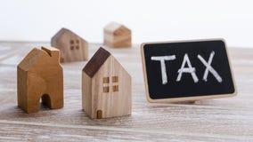 Häuser mit Steuerzeichen lizenzfreie stockfotografie
