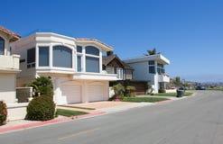 Häuser nähern sich Ozean Lizenzfreie Stockfotografie