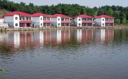 Häuser nähern sich Wasser Lizenzfreie Stockfotos