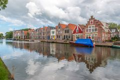 Häuser nahe bei Fluss, Edamer, die Niederlande Lizenzfreies Stockfoto