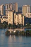 Häuser nahe dem Dnieper-Fluss in Kiew Lizenzfreie Stockbilder