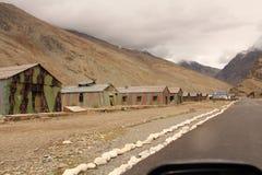 Häuser neben der Straße unter Bergen an Leh-ladakh Lizenzfreie Stockbilder