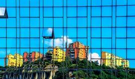 Häuser reflektiert in der Wand Lizenzfreies Stockbild