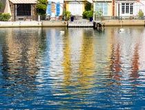 Häuser reflektierten sich im Wasser des Hafens Grimaud lizenzfreies stockbild